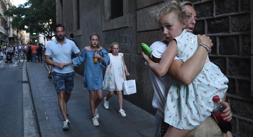 Люди бегут с места теракта в Барселоне