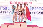 Баккуар Хамзе и Нурсултан Дуйсенкулов во время награждения на чемпионате Азии