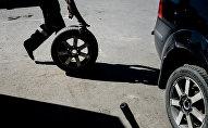 Замена колеса, архивное фото