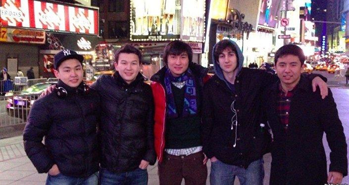Казахстанские студенты Диас Кадырбаев и Азамат Тажаяков вместе с Джохаром Царнаевым. Фото из социальной сети ВКонтакте.