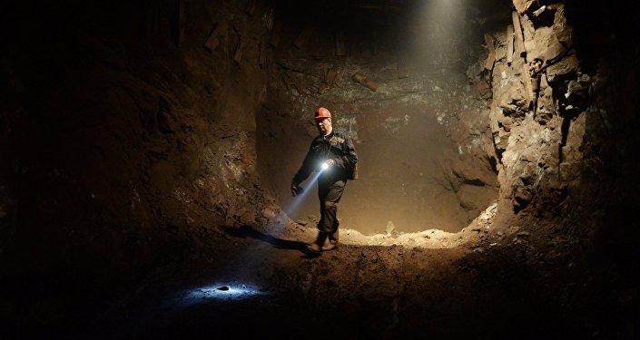 Шахтер в руднике, архивное фото