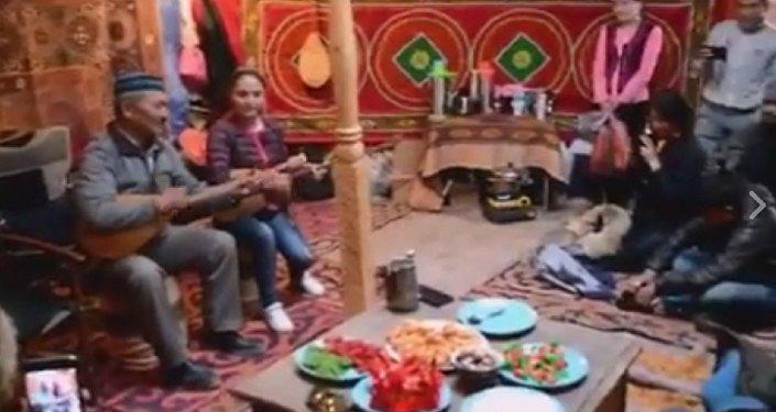 Монгольские казахи исполнили на домбре мировой хит