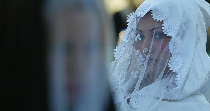 Невеста во время церемонии бракосочетания