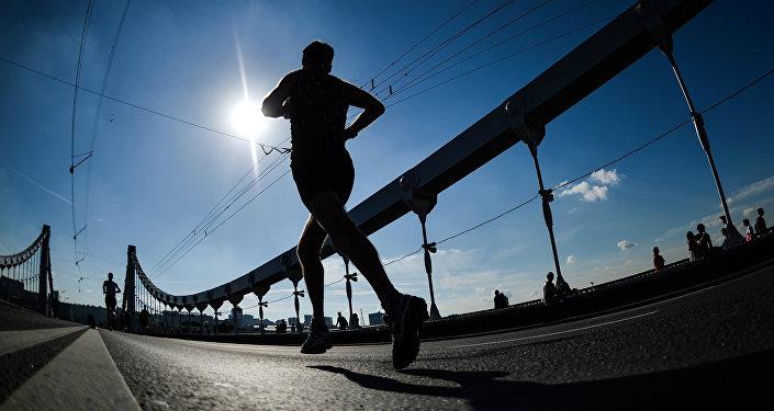 Участники на дистанции марафона, архивное фото