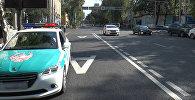 Полицейский автомобиль на обочине дороги, архивное фото