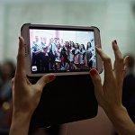 Школьники фотографируются, архивное фото