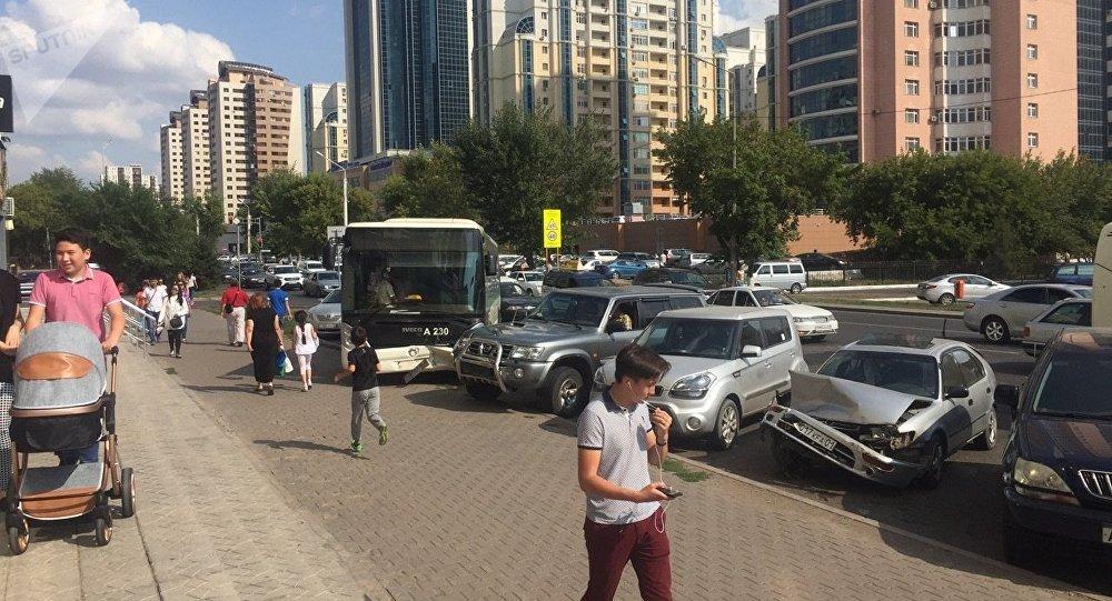 Массовое ДТП вАстане: автобус «собрал» 10 машин