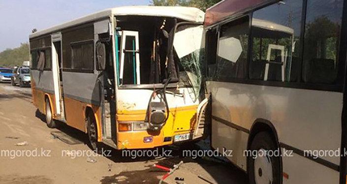 Два пассажирских автобуса столкнулись в Уральске