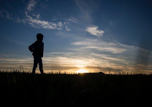 Силуэт ребенка, архивное фото