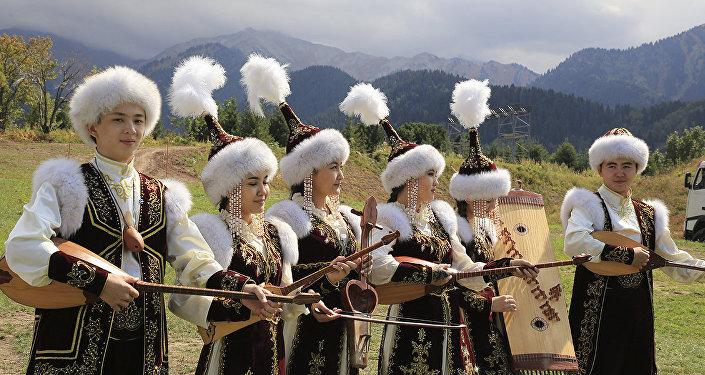 Музыканты в национальных казахских костюмах, архивное фото