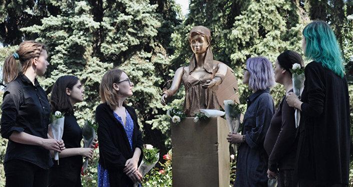 Феминистки возложили цветы к памятнику жертвам домашнего насилия