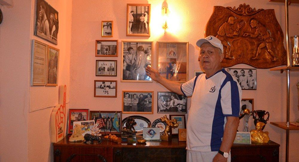 Бауыржан Күлжанов музей жәдігерлерімен бірге