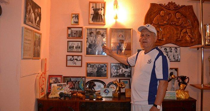 Бауржан Кульжанов с экспонатами будущего Музея СССР