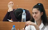 Абитуриенты во время экзамена