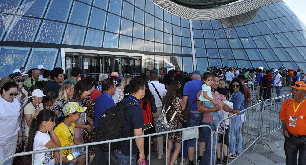 Посетители во время выставки ЭКСПО