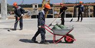 Рабочие на строительной площадке, архивное фото