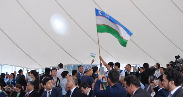 Танцуют все! Официальные лица Узбекистана устроили флешмоб на ЭКСПО