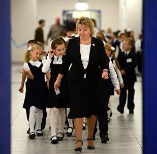 Школьники идут на урок