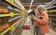 Покупатель в супермаркете, архивное фото