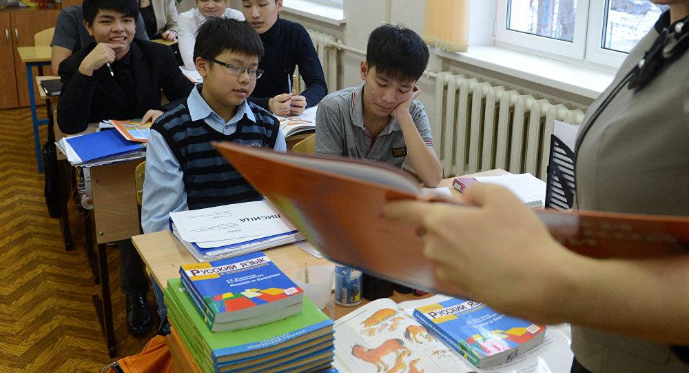 Школьники на уроке, архивное фото
