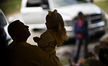 Мужчина держит девочку на руках, архивное фото