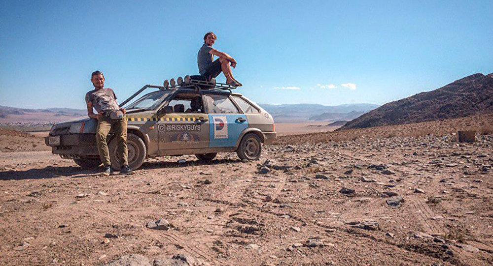 Участники международной гонки Монгольское ралли из Беларуси Борис Николайчик и Роман Свечников
