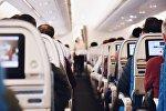 Пассажиры в салоне самолета