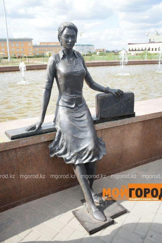 В Уральске появилась скульптура Джулия памяти Батырхана Шукенова