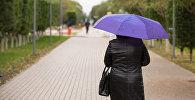Женщина под зонтом, архивное фото