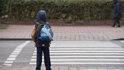 Мальчик переходит дорогу