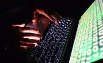 Человек за компьютером, архивное фото