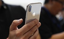 Мужчина держит iPhone X