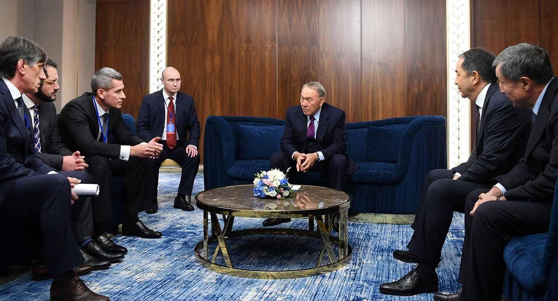 Нурсултан Назарбаев во время встречи с представителями Hyperloop One