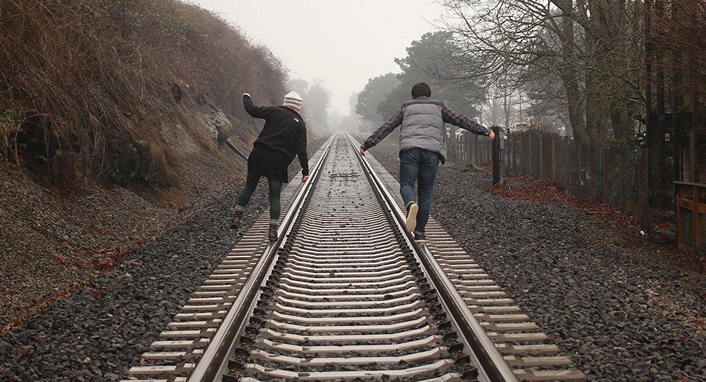 Подростки на железной дороге