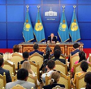 Нурсултан Назарбаев во время пресс-конференции