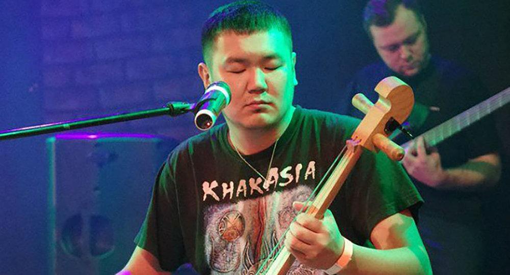 Солист этно-рок группы Иренек хан Аржан Туденев