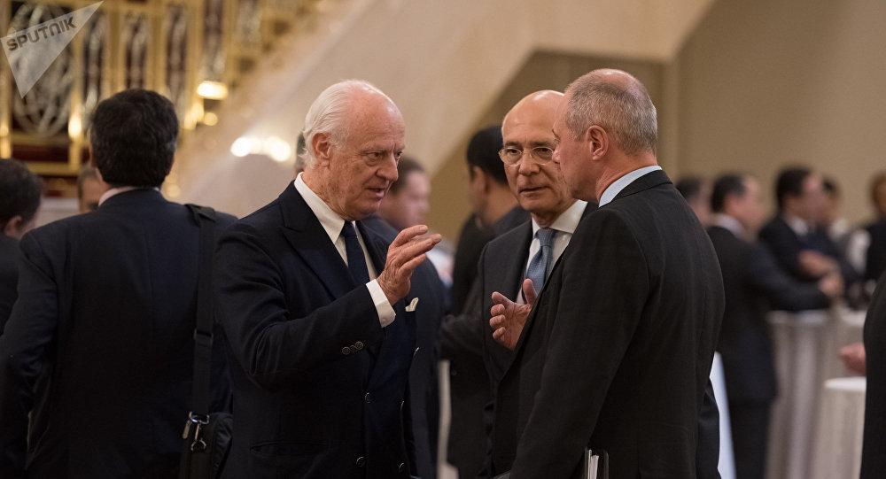 Спецпредставитель ООН по Сирии Стаффан де Мистура (слева)
