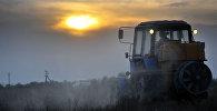 Фермер работает в поле. Архивное фото