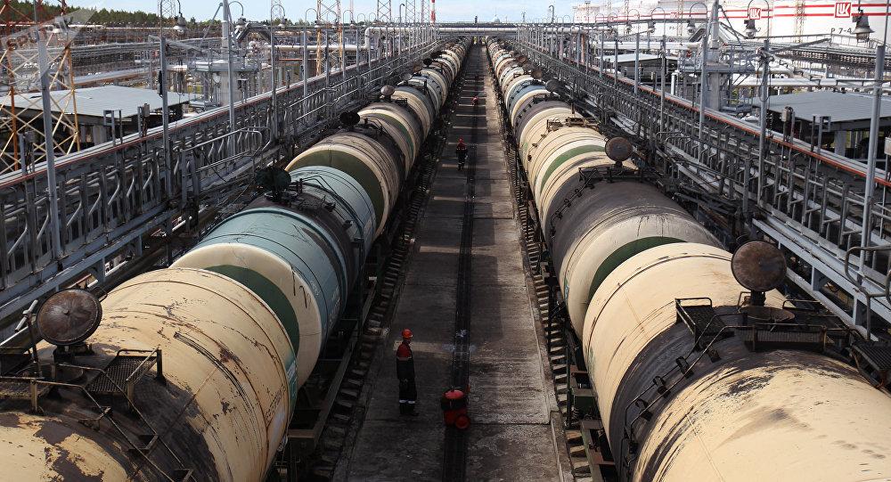 Транспортировка нефтепродуктов, архивное фото