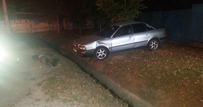 Автомобиль сбил двух пешеходов на проспекте Суюнбая