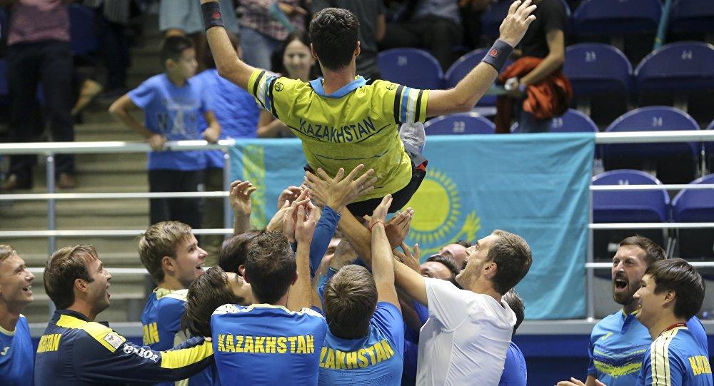 Коллеги по команде подбрасывают Михаила Кукушкина после победы над Диего Шварцманом