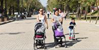 Женщины с колясками на улице в Алматы, архивное фото