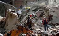 Рабочие убирают завалы после разрушительного землетрясения в Мексике