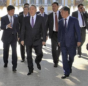 Нурсултан Назарбаев во время прогулки по Арбату в Алматы, архивное фото