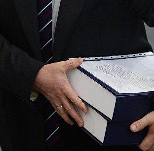 Мужчина с папкой в руках, архивное фото