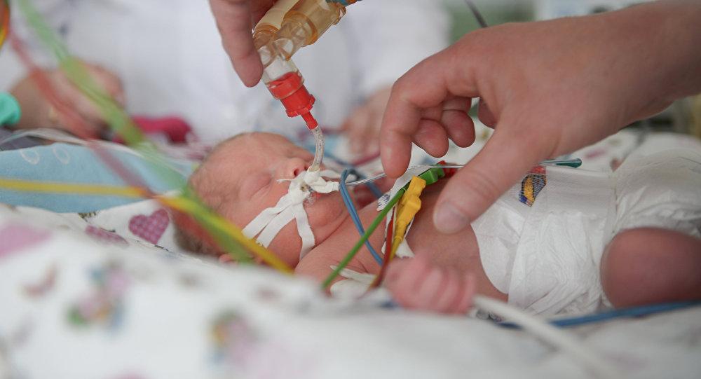 Младенец в больнице, архивное фото