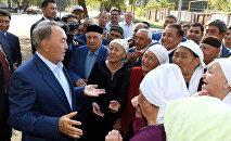 Нурсултан Назарбаев с жителями села Шемолган