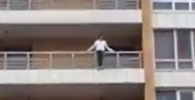 Девушка пытается спрыгнуть с балкона ЖК Столичный в Астане