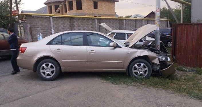 Автомобиль марки Hyundai снес газовую трубу в микрорайоне Думан