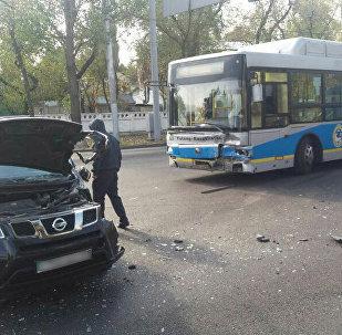 Автобус столкнулся с легковым автомобилем